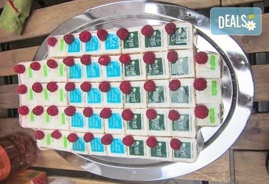 Дизайнерски мини тортички! 22 или 30 петифури със снимка за детски или фирмени партита, ексклузивно от Сладкарница Орхидея! - Снимка 1