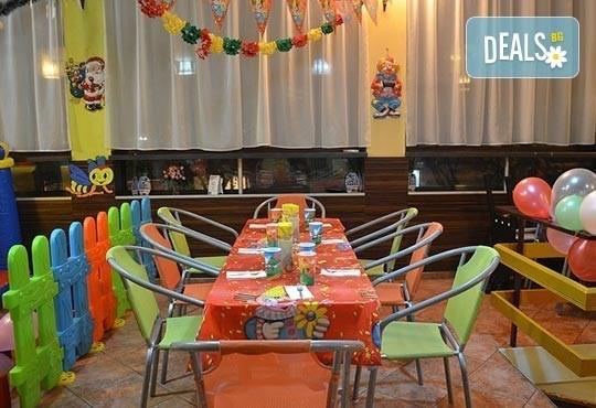 За усмивките на Вашите деца! Детски рожден ден на тематика по избор за 10 деца с меню, украса, покани и подарък за рожденика в Бистро Папи! - Снимка 3