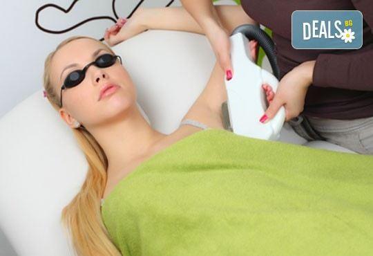Гладка и нежна кожа за дълго време! IPL фотоепилация на подмишници, бикини зона или пълен интим от дермакозметични центрове Енигма! - Снимка 1