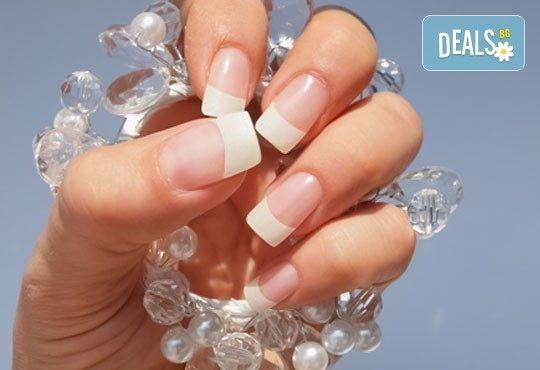 Заложете на класиката! Поглезете ноктите си с дълготраен френски маникюр в салон за красота Черно и бяло! - Снимка 1