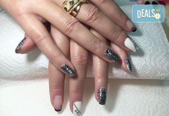 Зашеметяващи нокти! Маникюр с гел лак с неограничен брой декорации и камъчета в салон за красота Черно и бяло! - Снимка 4