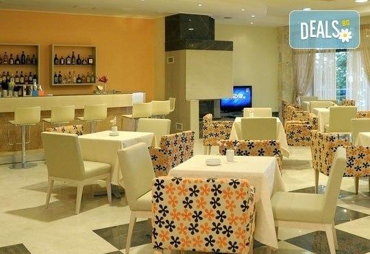 Открийте летния сезон с почивка в хотел Imperial 3*, Неа Скиони, Гърция! 5 нощувки със закуски и вечери, безплатно за дете до 12г. - Снимка 4