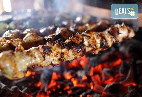 Богато меню за двама! Кръчмарска сабя с пилешко, свинско и телешко контра филе, 2 бири и картофки в Ресторант-механа Мамбо! - Снимка 3