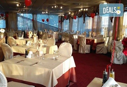 Дипломатически клуб Глория Палас Ви кани на празнична вечеря по случай 8-ми Март! Богато четиристепенно меню, латино танцьори, DJ програма с DJ DANNY, нощувка и много романтика - Снимка 17