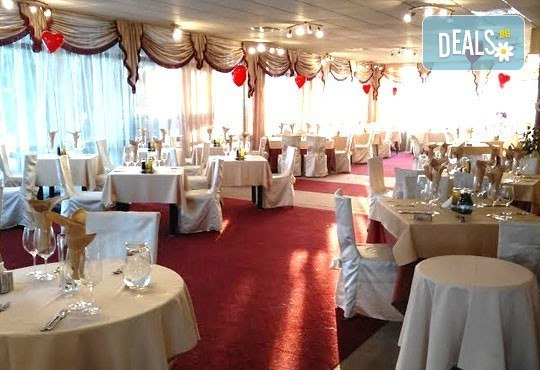 Дипломатически клуб Глория Палас Ви кани на празнична вечеря по случай 8-ми Март! Богато четиристепенно меню, латино танцьори, DJ програма с DJ DANNY, нощувка и много романтика - Снимка 7