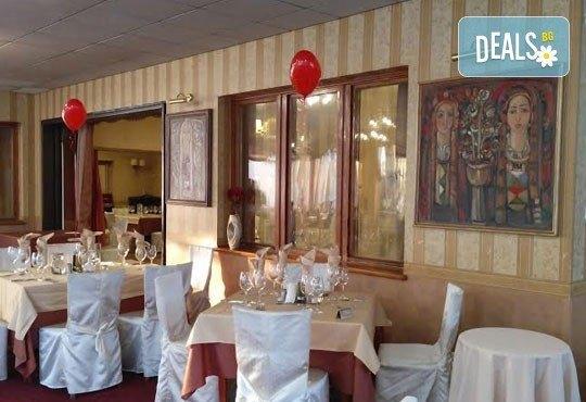 Дипломатически клуб Глория Палас Ви кани на празнична вечеря по случай 8-ми Март! Богато четиристепенно меню, латино танцьори, DJ програма с DJ DANNY, нощувка и много романтика - Снимка 5