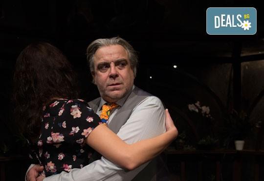 Гледайте великолепните Герасим Георгиев - Геро и Владимир Пенев в Семеен албум! В Младежки театър, на 01.03, от 19ч, един билет! - Снимка 1