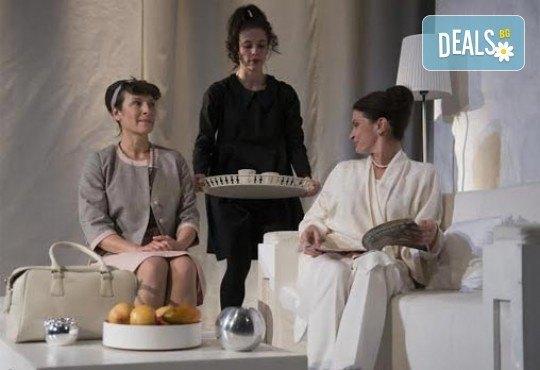 В света на театъра на 1-ви март! Гледайте Чиста къща, постановка на Владимир Люцканов в МГТ Зад канала - Снимка 2