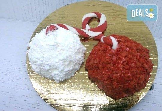 Сладка мартеница с пухкав крем от френска сметана, ванилов пандишпан и ароматна ягода в сладкарница Сладост! - Снимка 1