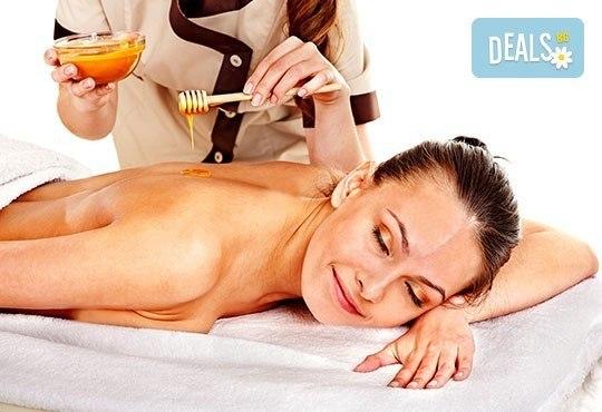 Детоксикиращ масаж на гръб или антицелулитна и детоксикираща процедура с мед и етерични масла в масажно студио Емилис - Варна! - Снимка 1