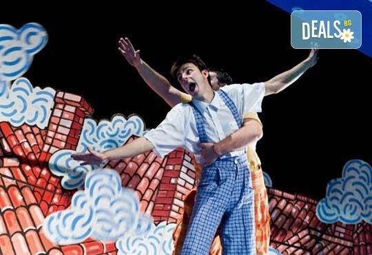Гледайте с децата! Карлсон, който живее на покрива в Младежки театър на 05.03, събота, от 11ч, билет за двама - Снимка 1