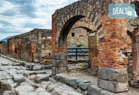 Екскурзия през май или септември до Неапол, Помпей и Везувий! 4 нощувки със закуски и вечери в хотел 2/3* и транспорт! - Снимка 2