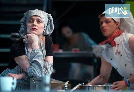 Черен хумор и екстремни ситуации в Младежки театър! Кухнята на 21.03, от 19.00ч, Голяма сцена, места балкон, 1 билет! - Снимка 3