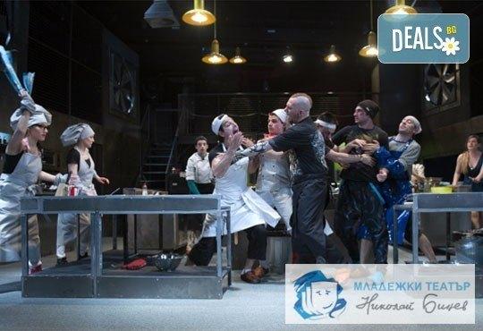 Черен хумор и екстремни ситуации в Младежки театър! Кухнята на 21.03, от 19.00ч, Голяма сцена, места балкон, 1 билет! - Снимка 1
