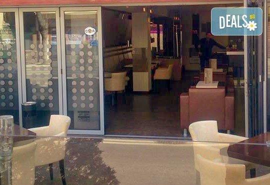 Вкусна класика! Порция свински вратни карета и традиционна салата в новооткрития ресторант Latte, Варна! - Снимка 4