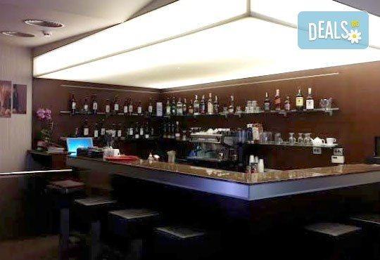 Вкусна класика! Порция свински вратни карета и традиционна салата в новооткрития ресторант Latte, Варна! - Снимка 5