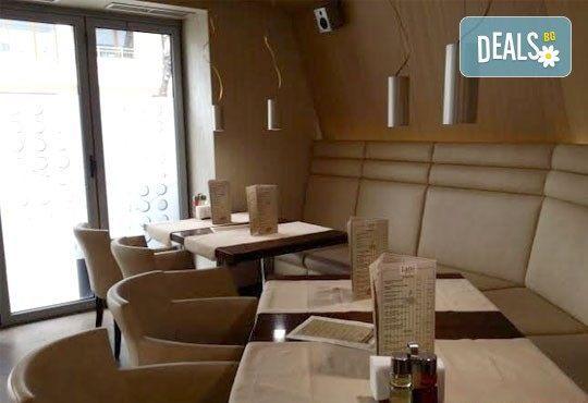 Вкусна класика! Порция свински вратни карета и традиционна салата в новооткрития ресторант Latte, Варна! - Снимка 6