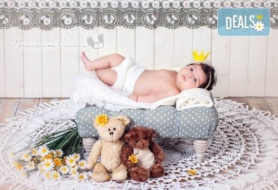 Бебешка и семейна фотосесия в студио с 12 обработени кадъра от Приказните снимки! - Снимка 9