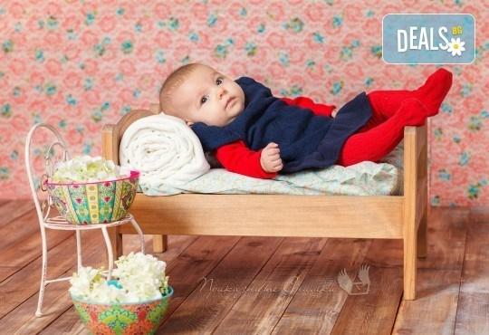 Бебешка и семейна фотосесия в студио с 12 обработени кадъра от Приказните снимки! - Снимка 14