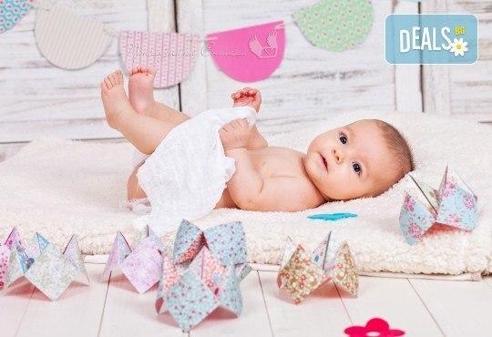 Бебешка и семейна фотосесия в студио с 12 обработени кадъра от Приказните снимки! - Снимка 15