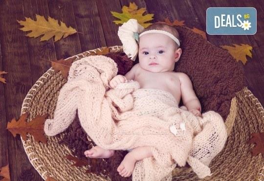 Бебешка и семейна фотосесия в студио с 12 обработени кадъра от Приказните снимки! - Снимка 18