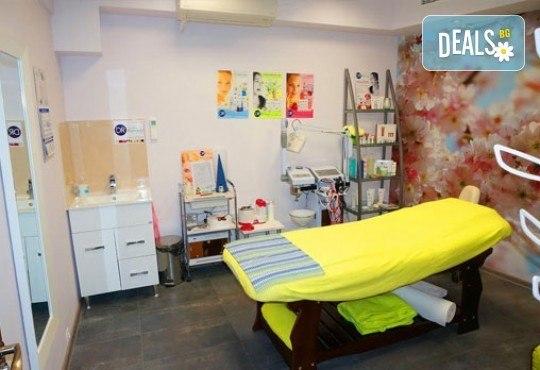 Лечебен масаж на гръб, кръст и масажна яка или лечебна зонотерапия на стъпала от салон за красота Мелани, Пловдив! - Снимка 4