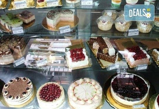 Голяма правоъгълна торта - шоколадова Кали с трюфели и цели ядки или Шоколадова с ягоди и коктейлни череши - 20 парчета от Сладкарница Орхидея - Снимка 6