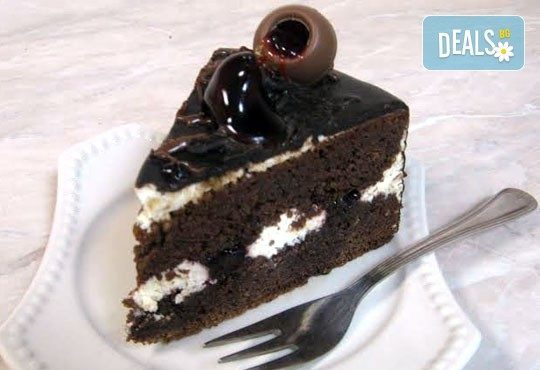 Голяма правоъгълна торта - шоколадова Кали с трюфели и цели ядки или Шоколадова с ягоди и коктейлни череши - 20 парчета от Сладкарница Орхидея - Снимка 2