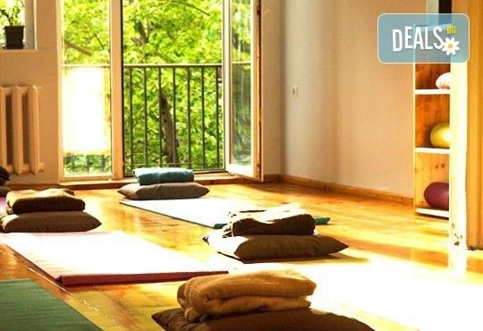 Опитайте коктейл на щастието! Карта за 3 посещения на йога на смеха от Йога и масажи Айя! - Снимка 3