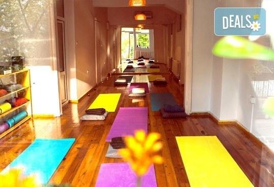 Опитайте коктейл на щастието! Карта за 3 посещения на йога на смеха от Йога и масажи Айя! - Снимка 5