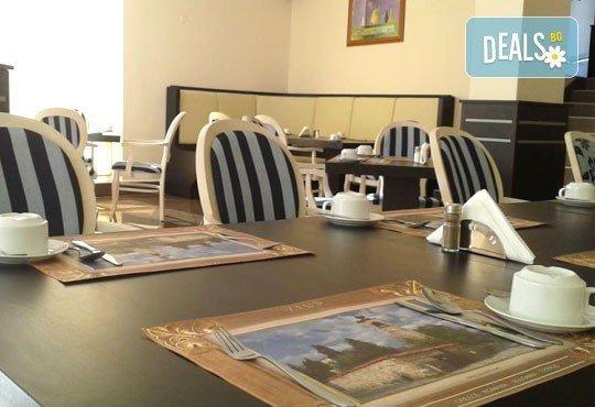 Почивка през март в St. John Hill Hotel, Банско! 1 нощувка със закуска и вечеря, ползване на басейн, джакузи и сауна! - Снимка 8