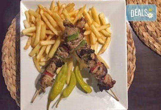 Насладете се на традиционно българско меню - шопска салата и свински шишчета в ресторант MFusion, Варна! - Снимка 1