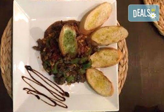 Апетитно мексиканско приключение с начос и чили кон карне в ресторант MFusion, Варна! - Снимка 1