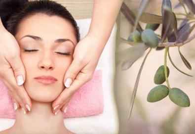 Изберете 40- или 60-минутна релаксираща масажна терапия на цяло тяло с масло от зелени маслини в салон Женско царство! - Снимка
