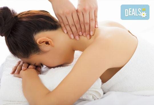 Възстановителна мануална терапия на гръб, врат, рамене и раменен пояс или масаж и лимфодренаж на лице и терапия за коса в Женско царство! - Снимка 1