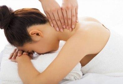 Възстановителна мануална терапия на гръб, врат, рамене и раменен пояс или масаж и лимфодренаж на лице и терапия за коса в Женско царство! - Снимка