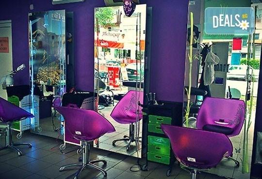 Нова прическа и здрава коса! Дамско подстригване, златна терапия с арган и оформяне на прическа със сешоар в салон Женско Царство! - Снимка 7