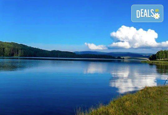 Разгледайте Власинско езеро, ждрелото на река Ерма, скалния параклис Св. Петка, Трън за ден с транспорт от Глобул Турс! - Снимка 3