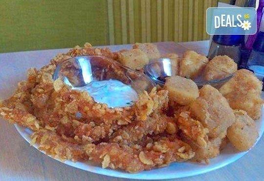 Хрупкаво предложение! Пилешки филенца с корнфлейкс, панирани топени сиренца със сладко от боровинки, Refresh Bar and Dinner! - Снимка 2