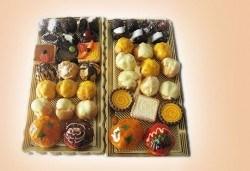 Сладък Микс за ценители! Над 40 броя шоколадови изкушения - еклери, пралини и петифури от Сладкарница Орхидея - Снимка