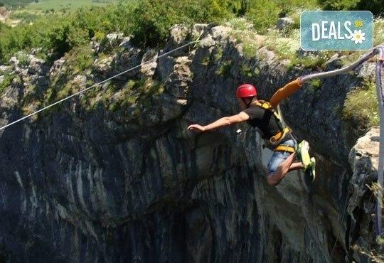 Октомврийски екстремен ден в района на пещера Проходна: бънджи скок, алпийски рапел, скално катерене и още от Ax! Sports - Снимка 3