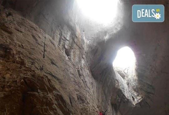 Октомврийски екстремен ден в района на пещера Проходна: бънджи скок, алпийски рапел, скално катерене и още от Ax! Sports - Снимка 6