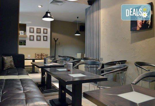 Направете си среща с приятели в бар Библиотеката Lazy & Coffee! Вземете уиски по избор с енергийна напитка или минерална вода! - Снимка 8
