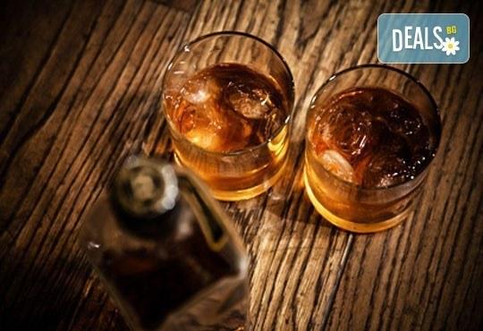 Направете си среща с приятели в бар Библиотеката Lazy & Coffee! Вземете уиски по избор с енергийна напитка или минерална вода! - Снимка 2