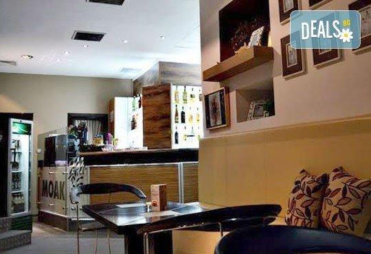 Направете си среща с приятели в бар Библиотеката Lazy & Coffee! Вземете уиски по избор с енергийна напитка или минерална вода! - Снимка 6