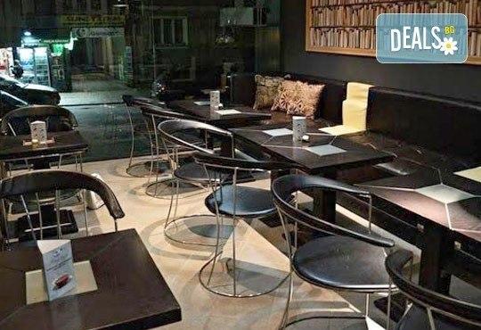 Направете си среща с приятели в бар Библиотеката Lazy & Coffee! Вземете уиски по избор с енергийна напитка или минерална вода! - Снимка 11