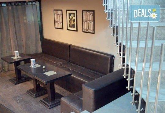Направете си среща с приятели в бар Библиотеката Lazy & Coffee! Вземете уиски по избор с енергийна напитка или минерална вода! - Снимка 7