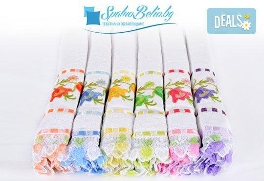 За най-изтънчения вкус! Луксозна кърпа с бродерия и дантела с цвете лале или роза, цвят по избор от SPALNOBELIO.BG! - Снимка 1