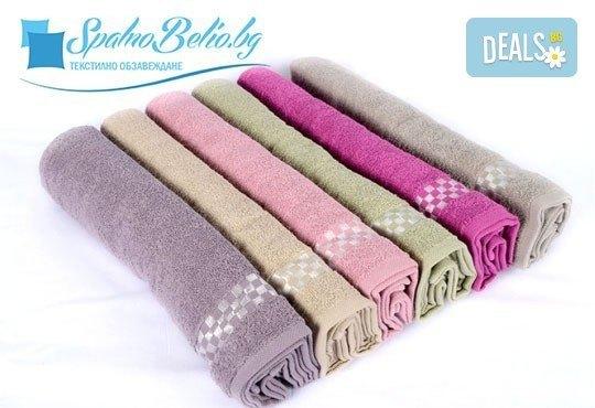 Нежна прегръдка с мека хавлиена кърпа за баня или плаж, размер 100/150 см, цвят по избор от SPALNOBELIO.BG! - Снимка 1