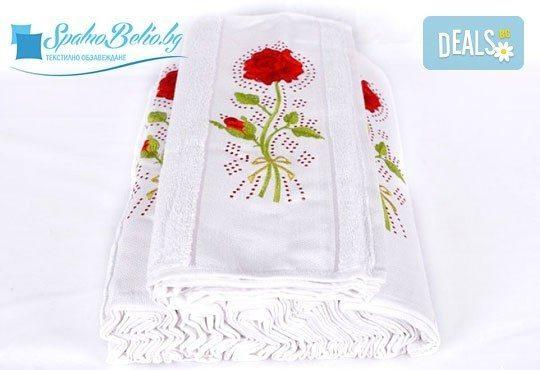 Страхотен подарък за всеки един дом! Луксозна кърпа с бродерия и камъни с рози, размер 50/80 см от SPALNOBELIO.BG! - Снимка 1